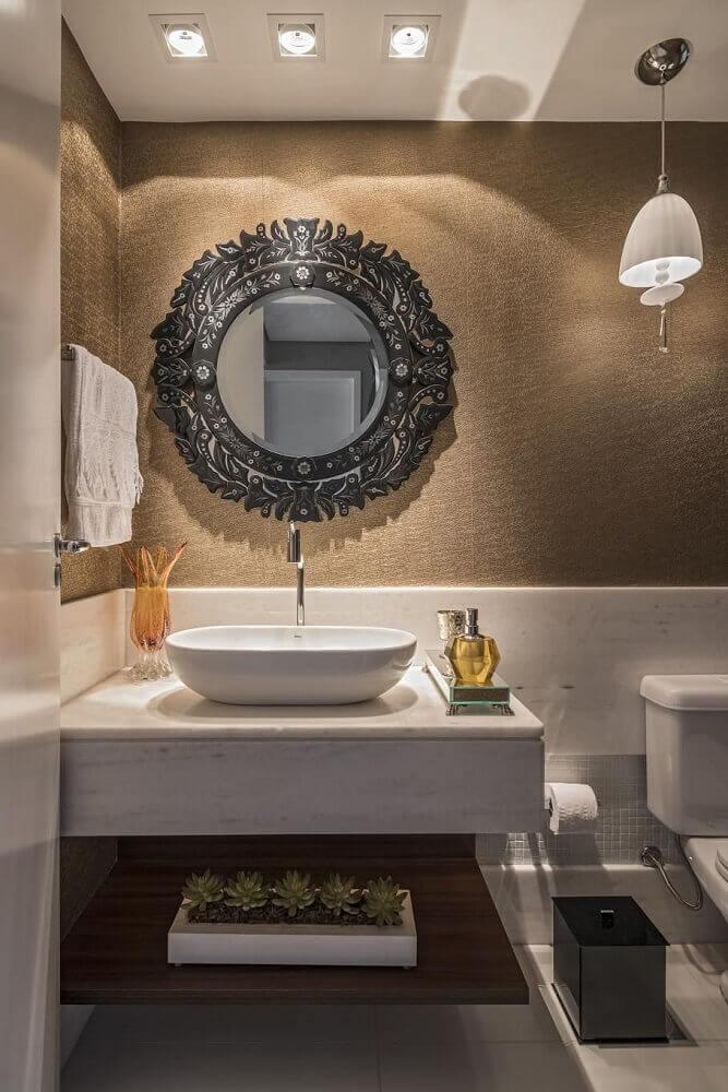 lavabo decorado com espelho grande e redondo