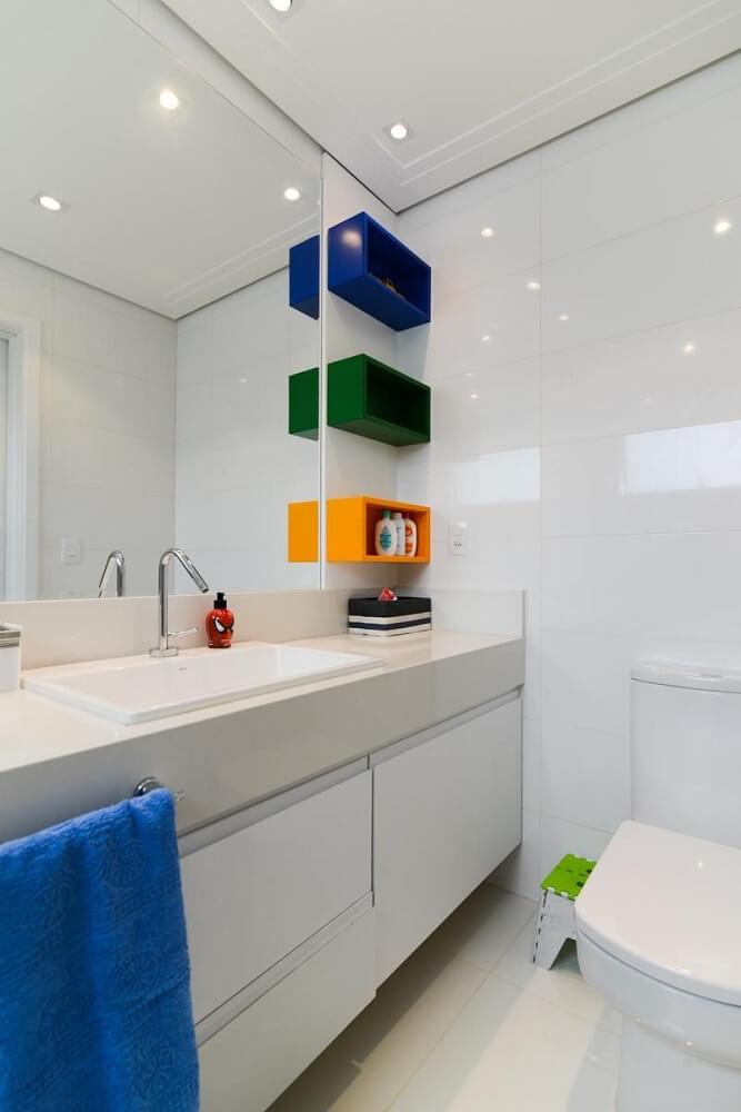Decoração lavabo pequeno com nichos coloridos