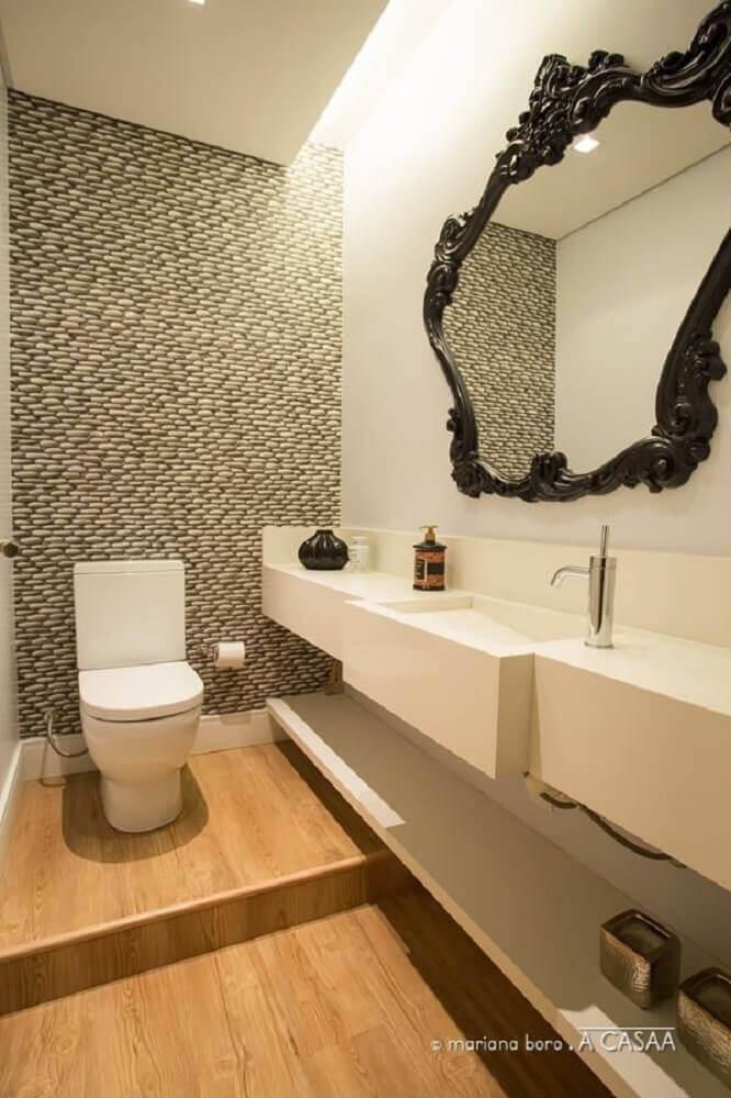 Decoração de lavabo com piso de madeira e espelho provençal.