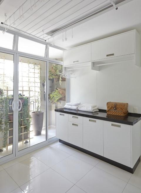 Área de serviço com armário com cabideiro Projeto de Ana Luisa Previde