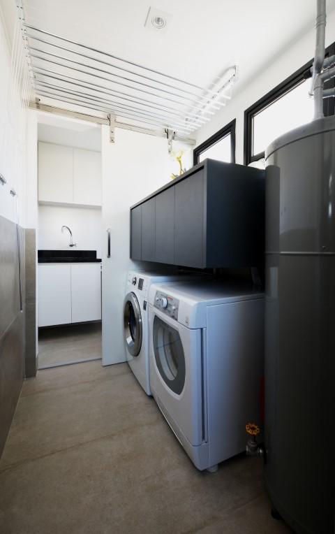 Área de serviço integrada à cozinha com armário flutuante Projeto de Zark Studio Lab Serviços