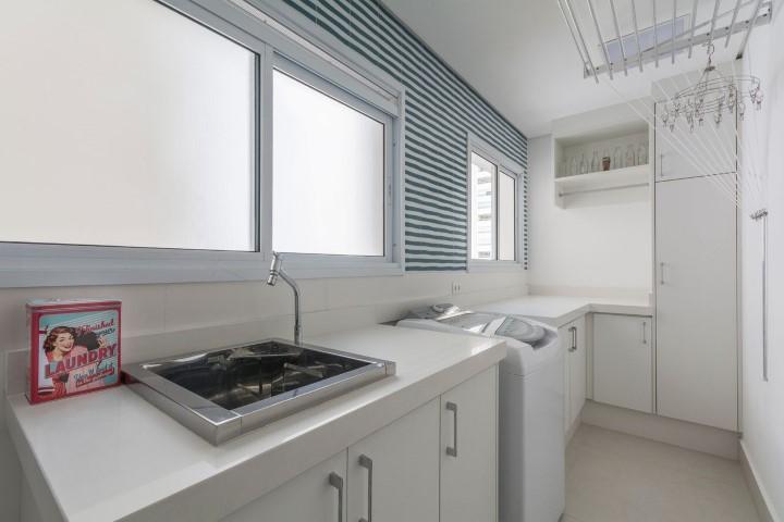 Área de serviço branca com revestimento listrado Projeto de Idealizzare Arquitetura