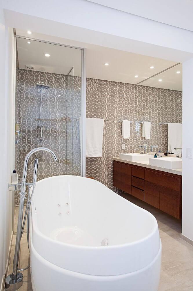 Modelos de banheiro com banheira branca e box de vidro
