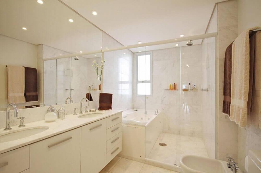 Modelo de banheiro com banheira de hidromassagem e box separado