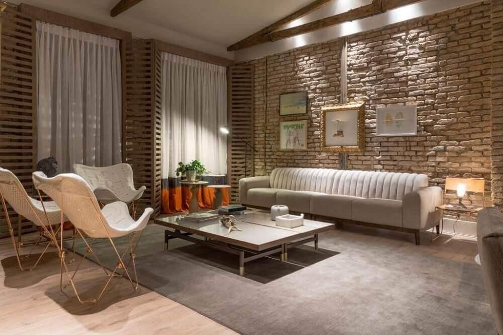 decoração com cores neutras e parede de tijolinho
