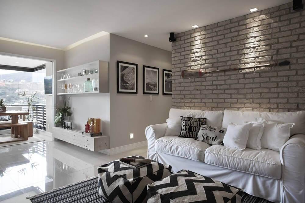 Decoração de sala com parede de tijolinho branco