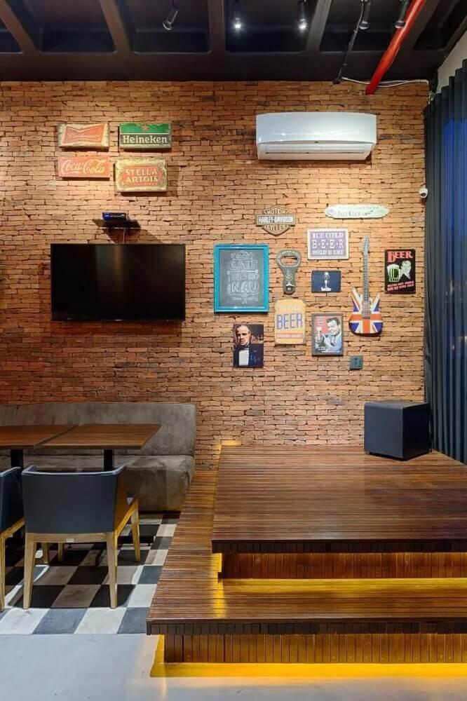 piso de madeira com parede de tijolinho