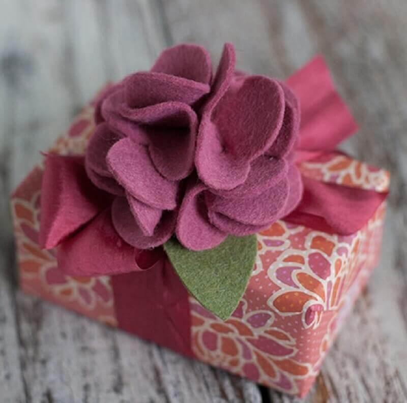 embalagem de presente com flor de feltro