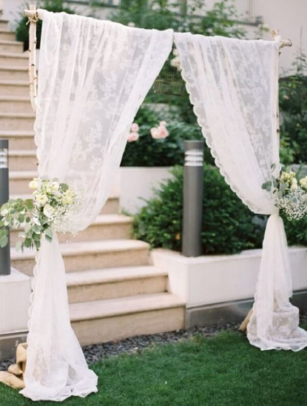 Simple wedding decoration with lacy curtain
