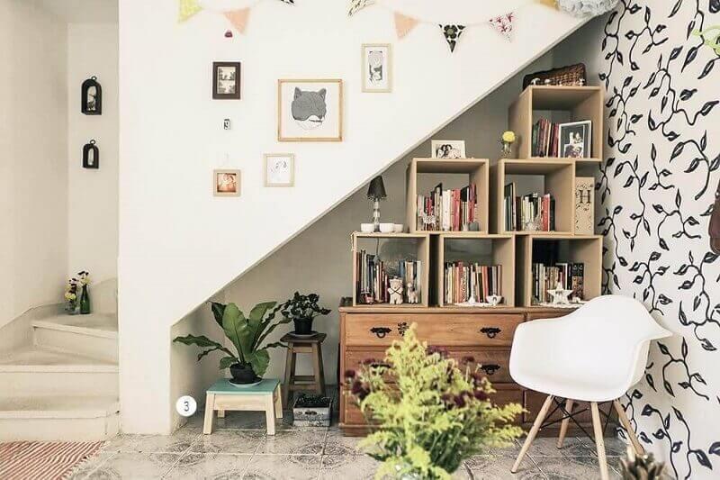 Escada decorada com estante de nichos