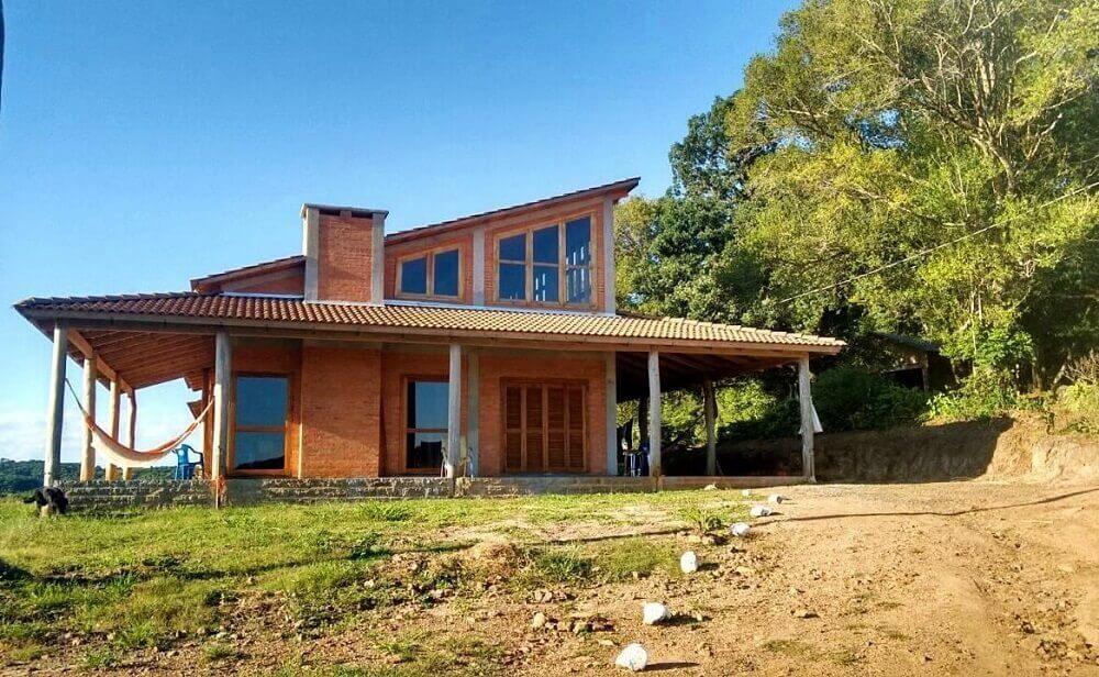 Casa de fazenda com varanda espaçosa