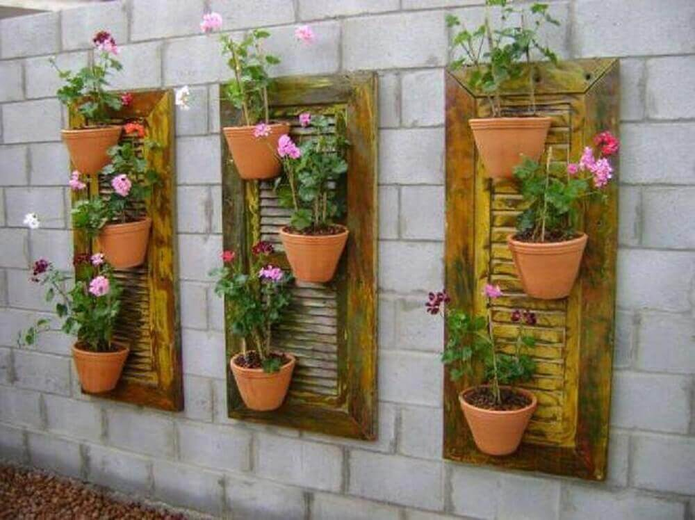 jardim de vertical feito com janela
