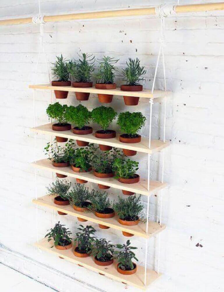 modelo de jardim suspenso com prateleiras amarradas