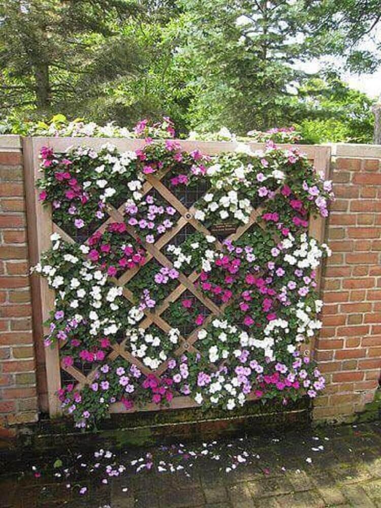jardim suspenso de flores e base de madeira