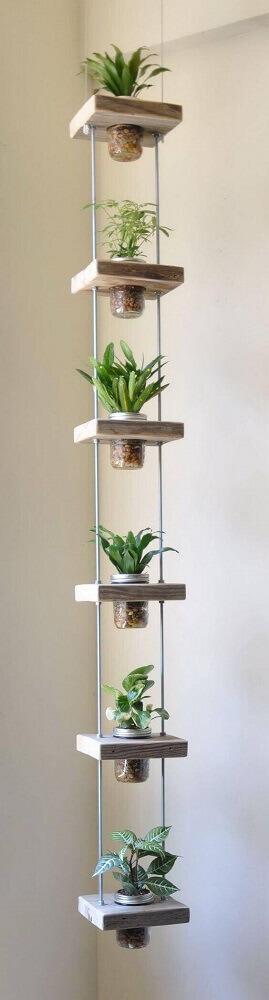 Jardim suspenso com potes de vidro