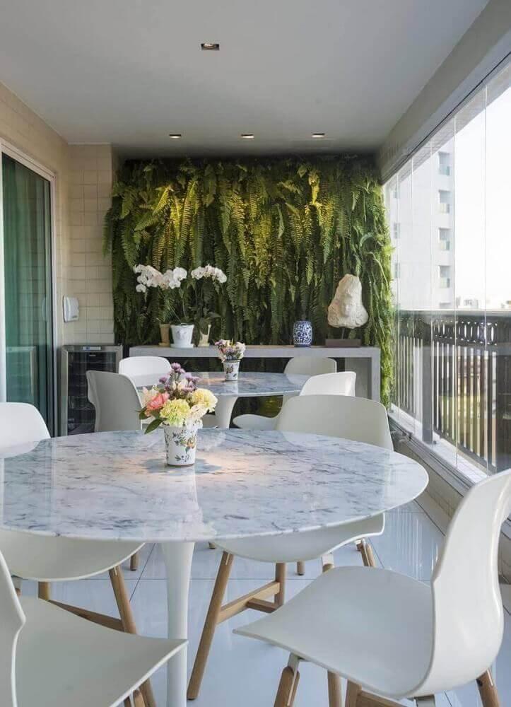 Jardim suspenso para varanda com samambaia