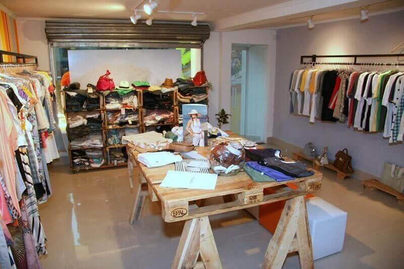 loja decorada com móveis de pallets