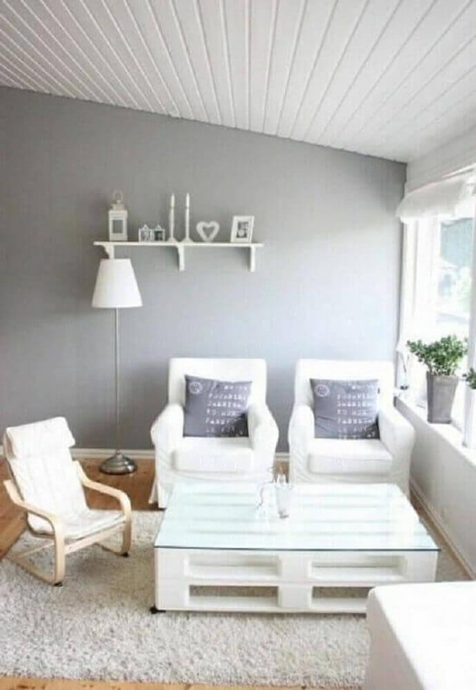 Móveis de paletes pintados de branco para sala