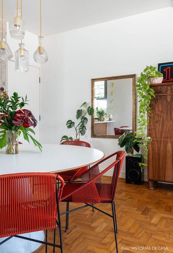 Mesa de jantar com cadeira vermelha