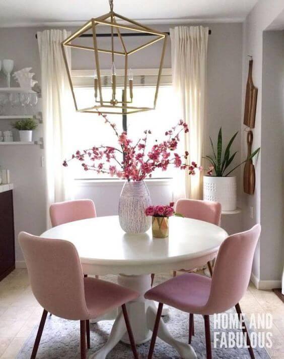 Mesa de jantar com lustre dourado