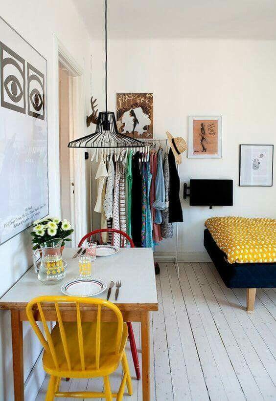 Mesa de jantar pequena com cadeira vermelha e amarela