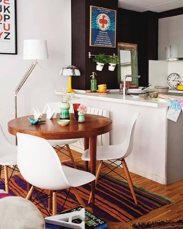 Mesa de jantar pequena com cadeiras brancas
