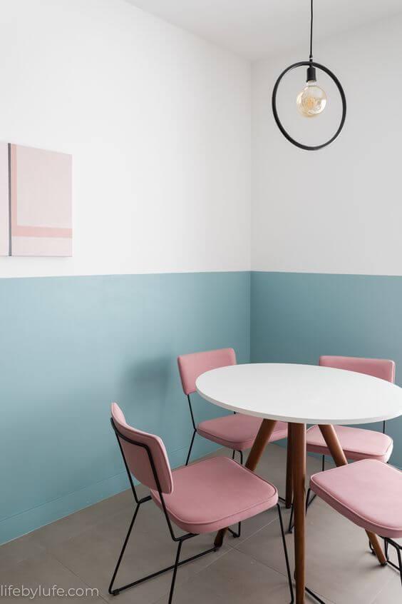 Sala moderna com cadeira cor de rosa