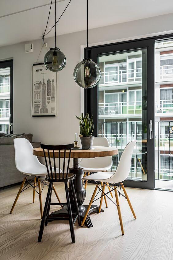 Mesa de jantar pequena com lustres modernos