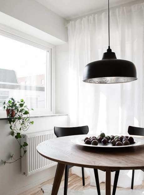 Mesa de jantar pequena com lustre preto