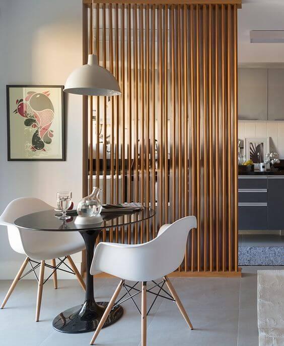 Mesa de jantar pequena com poltrona branca