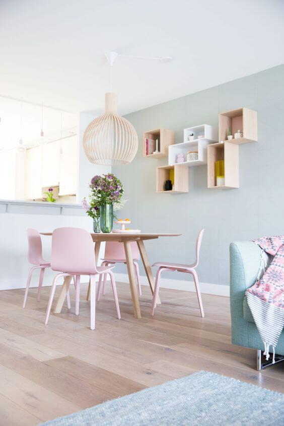 Mesa de jantar pequena em tons de rosa e azul