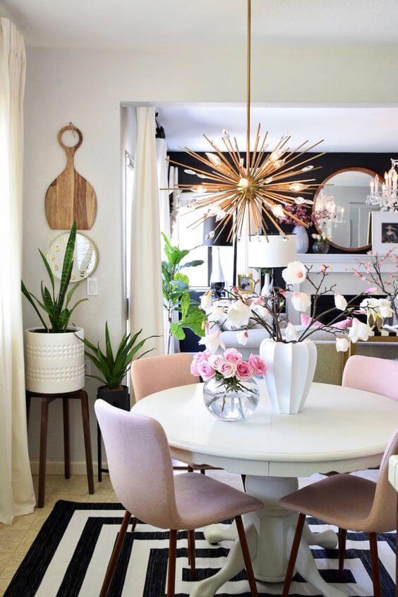 Mesa de jantar pequena com lustre rose gold