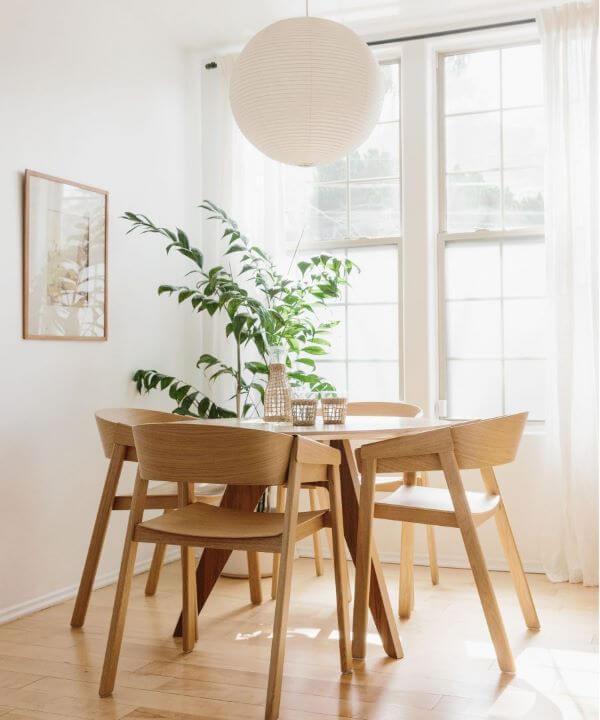Mesa de jantar pequena no ambiente clean