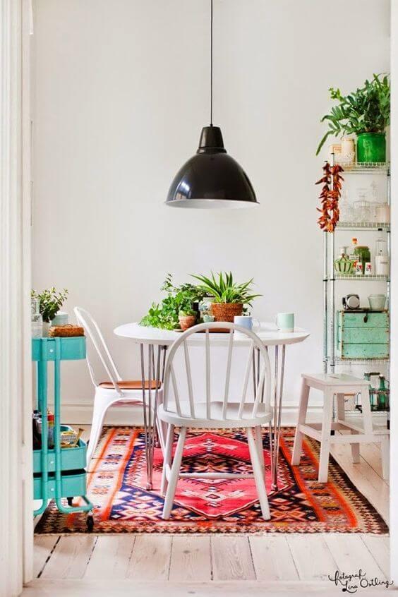 Mesa de jantar pequena na sala colorida