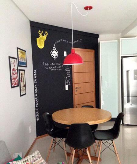 Sala de jantar moderna com mesa pequena