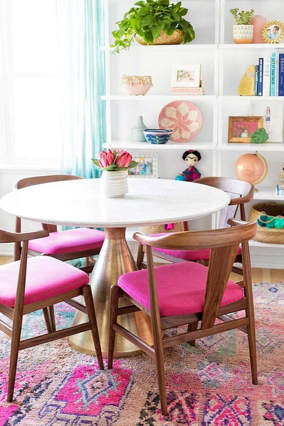 Mesa de jantar pequena e cor de rosa