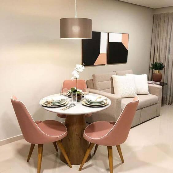 Mesa de jantar para 3 lugares com cadeiras cor de rosa