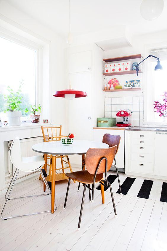 Mesa de jantar pequena com cadeiras coloridas