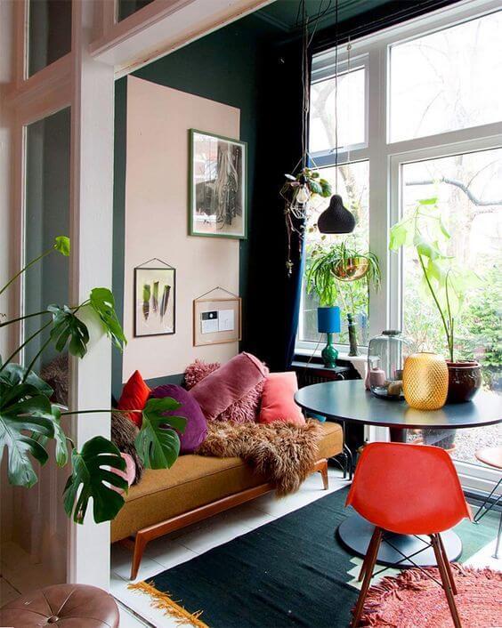 Sala moderna e colorida com uma mesa de jantar pequena