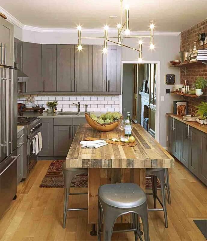 mesa de madeira em cozinha de aço inox