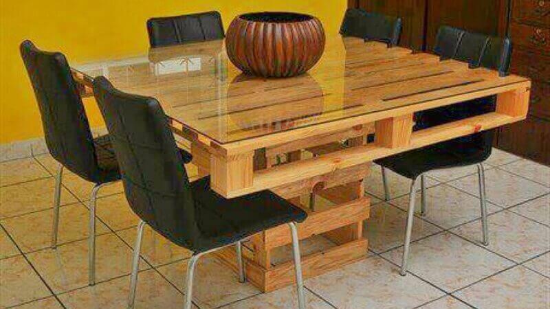 mesa de jantar de pallet com tampa de vidro