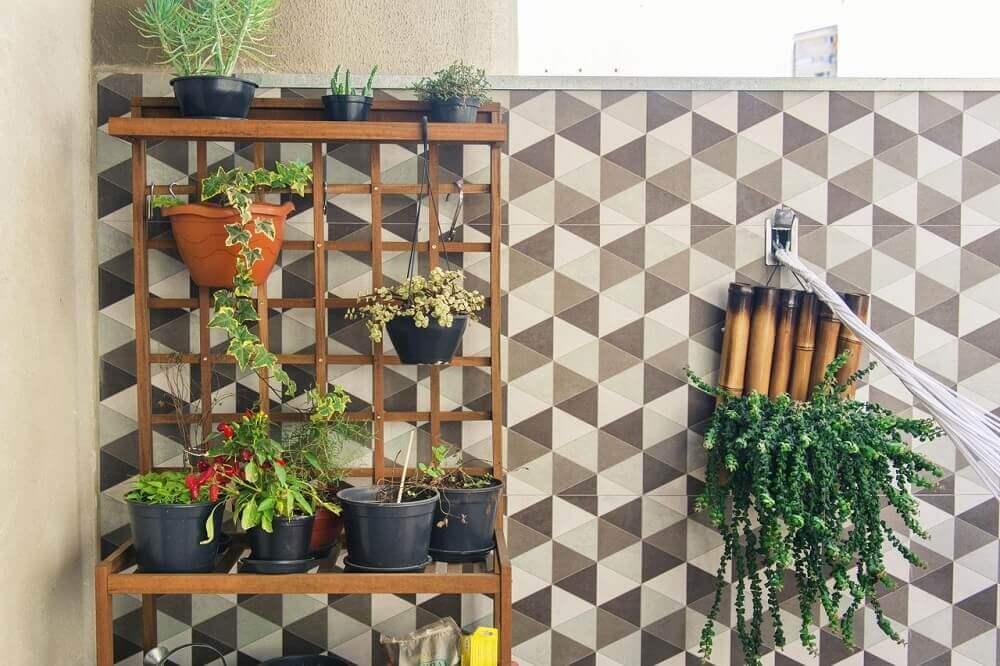modelo de jardim vertical com base de madeira