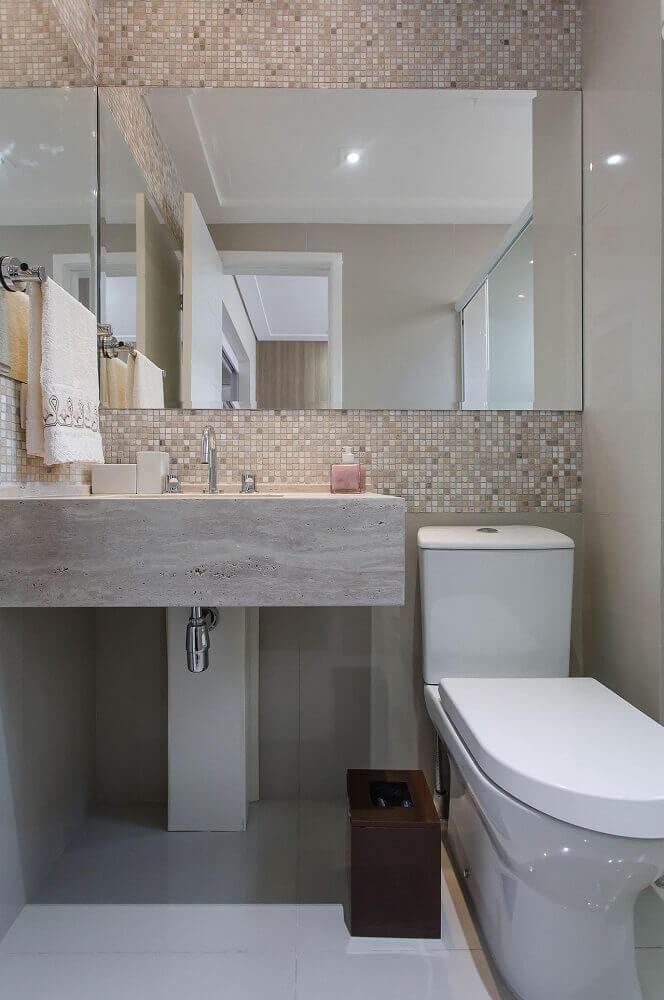 Pastilhas e espelho para lavabos pequenos decorados.