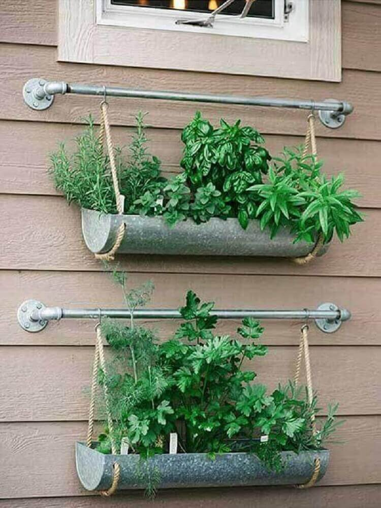 pequeno jardim suspenso com cordas