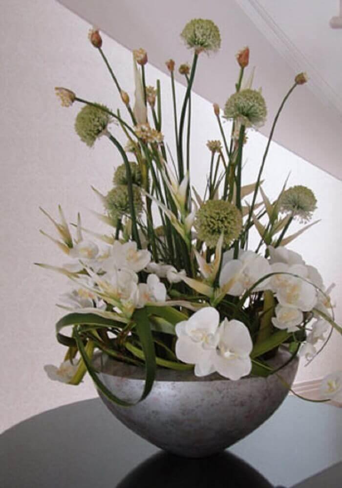 pequenos arranjos florais artificiais