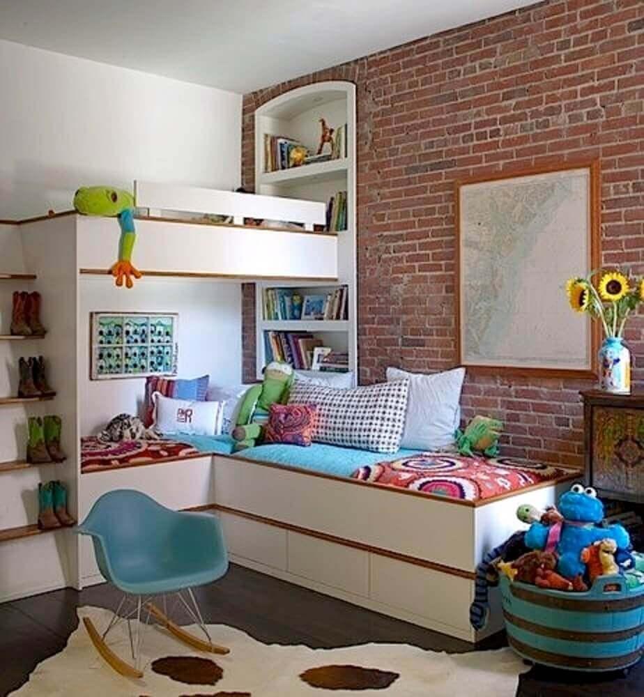 quarto infantil com papel de parede tijolinho