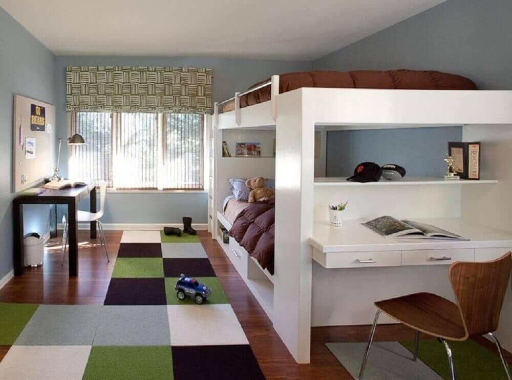 quarto com beliche com escrivaninha