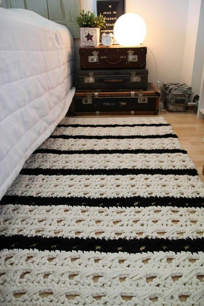 quarto com tapete de crochê preto e branco