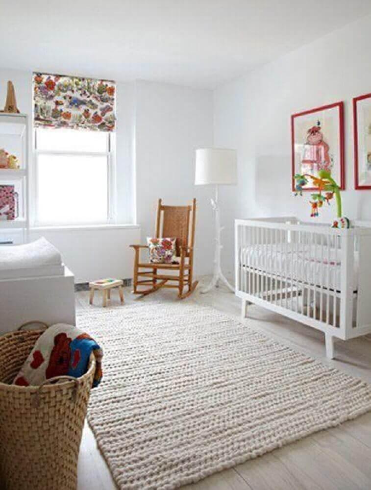 quarto de bebê com tapete de crochê