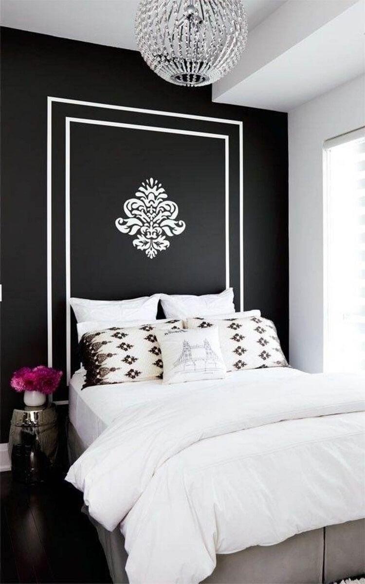 quarto preto decorado com lustre de cristal e adesivo branco